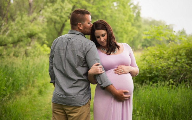Beautiful maternity portrait session outdoor in Waukesha Wisconsin summertime